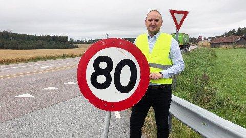 SAMFERDSELSMINISTER JON GEORG DALE: Brooom! Brooom! Opp med farten og mer til vei! Hei hvor det går i valgkampen! Foto: Frøydis Tornøe/Samferdselsdepartementet