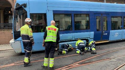 SPORET AV: En trikk sporet av ved Kirkekristen i Oslo, og skaper trafikale problemer mot Jernbanetorget.