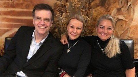 BOMPENGEMOTSTANDERE: Bystyrekandidatene Bjørn Revil, Britt Fossum og Cecilie Lyngby følger valget med Folkeaksjonen Nei til mer bompenger på Kaktus på Lilleaker i Oslo mandag kveld.