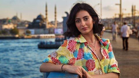 """Istanbul, Tyrkia: Tutku måtte begynne å jobbe i tidlig alder. En dag mistet hun plutselig hørselen, uten at legene fant årsaken. """"En dag jeg var ute på balkongen min, lukket jeg øynene og sa til meg selv: Hvis jeg, når jeg skal åpne øynene får se minst en fugl på himmelen, så betyr det at jeg vil høre igjen. Da jeg endelig hadde mot til å se mot himmelen, så jeg to fugler."""", fortalte Tutku til Noroc. Nå har hun fått et innovativt implantat som gir en følelse av lyd. Hun kan jobbe som kokk igjen, men hørselen er fortsatt svak. Men klage gjør hun ikke. Tvert imot: Hun var takknemlig for hvert sekund i sitt nye liv, skriver Noroc."""