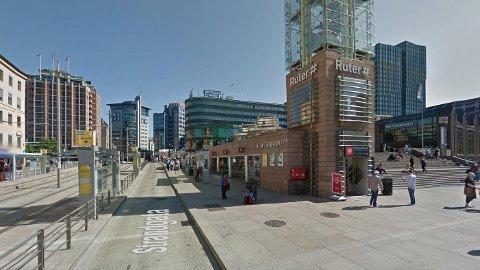 En mann i 20-årene ble slått og ranet utenfor Clarion hotell på Jernbanetorget i Oslo klokken 0.44 natt til torsdag. Illustrasjonsfoto.
