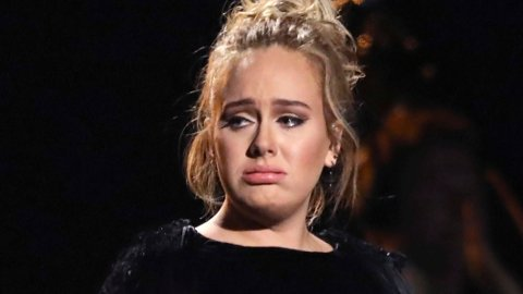 Sangeren Adele og mannen gjennom syv år, Simon Konecki, går fra hverandre. Nå har Adele søkt om skilsmisse. Her synger hun til ære for avdøde George Michael i 2017.