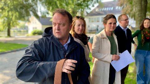 At FNB-topp Frode Myrhol (bildet) gikk til venstresiden i stedet for høyresiden etter brakvalget i Stavanger, har falt mange tungt for hjertet. Her sammen med det som etter alt og dømme blir samarbeidspartnerne i Dagny Sunnanå Hausken (Sp), Kari Nessa Nordtun (Ap), Eirik Faret Sakariassen (SV) og Daria Maria Johnsen (MDG). - FNB har ikke sviktet meg, men de har sviktet velgerne sine, sier Venstres Jan Erik Søndeland.