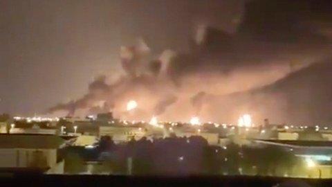 DRONEANGREP: Det brøt ut branner på oljeterminalen i Buqyaq øst i Saudi-Arabia etter et droneangrep lørdag.