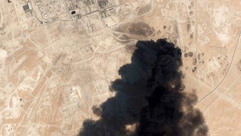 Satellittbilde av røyk som stiger opp fra oljeprosesseringsanlegget i Buqyaq i Saudi-Arabia etter droneangrepene som USA hevder Iran sto bak. Foto: Planet Labs Inc / AP / NTB scanpix