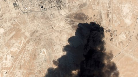 Tykk svart røyk velter opp fra et oljeanlegg i Saudi-Arabia etter droneangrepene denne helgen. Foto: AP / NTB scanpix