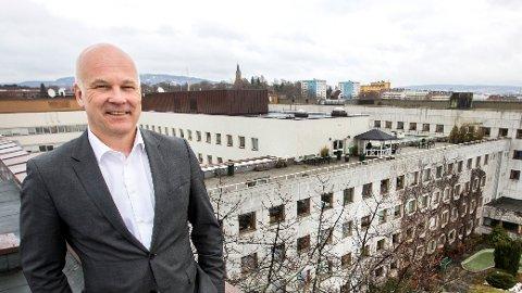 PÅ FLYTTEFOT: Kringkastingssjef Thor Gjermund på taket av Kringkastingshuset på Marienlyst, som skal selges. Ingen vet hvor de 2.000 NRK-ansatte skal flytte.