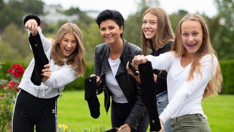 Sokkesalget gikk unna for klasse 9b ved Spjelkavik ungdomsskole. Mamma Kimy Fagermo var dugnadsansvarlig; her sammen med Inez, Frida og Malene. Foto: VGPS.