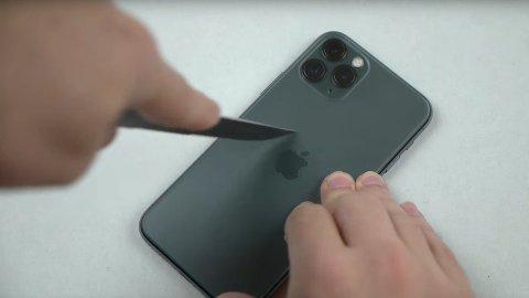 GIKK LØS MED KNIV: Flere har valgt å teste hvor mye nye iPhone 11 Pro tåler, og her er det en som går løs med kniv på telefonen.