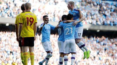 KONTRASTER: Watford-spillerne hang med hodet, mens City-spillerne kunne juble etter ydmykelsen.