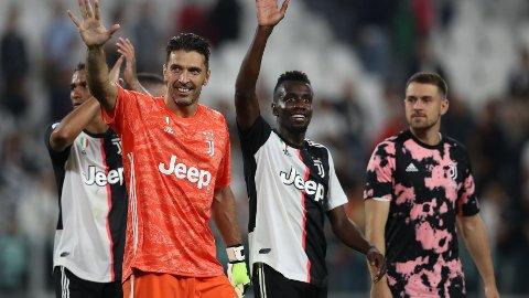 Gianluigi Buffon, Danilo, Blaise Matuidi and Aaron Ramsey hilser til hjemmefansen etter lørdagens 2-1 seier hjemme mot Verona.