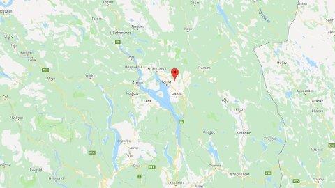 DØDSULYKKE: MC-føreren kjørte inn i en personbil bakfra og ble erklært død på stedet på riksvei 25 i Hamar.
