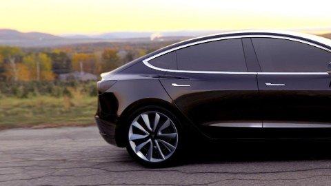 TRONER SUVERENT: Tesla Model 3 solgte mer enn de neste fire bilene på salgstoppen til sammen, i september i år.