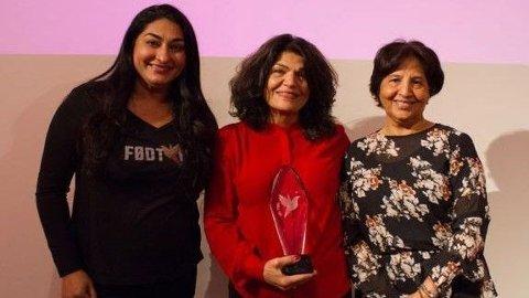 Født Fri-leder Shabana Rehman (t.v.) sammen med Født Fri-prisvinner 2019 Lily Bandehy og vinneren fra 2018, Azra Gilani.
