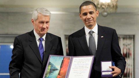 Daværende nobelkomitéleder Thorbjørn Jagland overrekker Nobels fredspris for 2009 til USAs daværende president Barack Obama.
