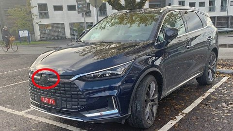 Stor SUV på prøveskilter er kanskje ikke så spesielt i seg selv. Men når alle merkene er tapet over, gir det jo grunn til å bli litt nysgjerrig ...