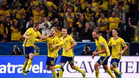 Emil Forsberg gratuleres av sine lagkamerater etter å ha utlignet til 1-1 hjemme mot Norge i EM-kvalifiseringskampen 8. august.