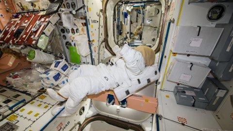 En tom amerikansk romdrakt flyter rundt i vektløs tilstand på Den internasjonale romstasjonen (ISS). Astronautene har svært begrenset med plass å boltre seg på om bord.