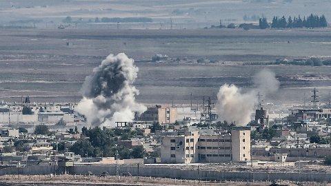 Røyken stiger til værs etter et granatangrep mot den syriske grensebyen Ras al-Ain. Tyrkiske militærstyrker gjør det de kan for å utkjempe kurdiske YPG. Bildet er tatt fra den tyrkiske byen Ceylanpinar.
