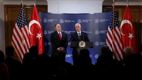 PRESSEKONFERANSE: Visepresident Mike Pence og USAs utenriksminister Mike Pompeo informerer pressen.