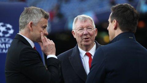 DUKKET OPP PÅ TRENINGSFELTET: Sir Alex Ferguson var på plass og snakket med Ole Gunar Solskjær lørdag. Her er de to i samtale med Gary Neville før en kamp i Champions League.
