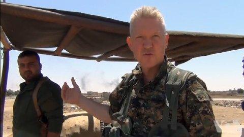 Tidligere Hollywood-skuespiller og fremmedkriger Michael Enright avbildet med en YPG-kriger i Syria.