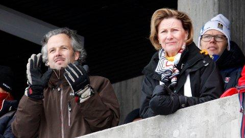 FREMDELES GODE VENNER: Ari Behn og dronning Sonja har et stadig like godt forhold, skriver Se og Hør. Her er de to fotografert under Ski-VM i Holmenkollen i 2011. Ari Behn var gift med prinsesse Märtha Louise fra 2002 til 2016.