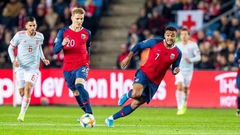 BOLIGKJØP: Joshua King punget ut 15 millioner for nytt hus. Her sammen med Martin Ødegaard i aksjon for Norge mot Spania på Ullevål Stadion.