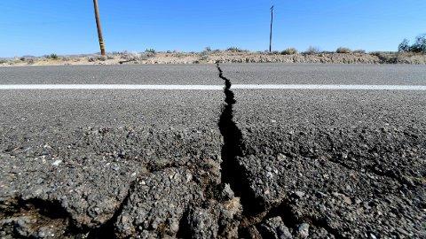 ØDELEGGELSER: I sommer ble Ridgecrest i California rammet av to kraftige jordskjelv. Ingen mistet livet, men det oppstod skader for flere millarder kroner, blant annet denne sprekken i asfalten.