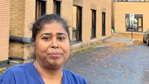 ET ARBEIDSLIV PÅ DELTID: Sujatha Kunjappan Nair (53) har jobbet nattevakter som pleieassistent og sykepleier i nesten 30 år - Jeg skulle gjerne jobbet mer dag og kveld, og sper på med vakter for å komme over 60 prosent, men det er ikke enkelt. Jeg synes man fortjener mer enn minstepensjon etter så mange år i et såpass hardt yrke, sier hun.