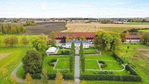 Staur gård i Stange kommune eies av Staten v/Landbruks- og matdepartementet. Gården er nå lagt ut for salg. Foto: Tegneby & Grønnerød Landbuksmegling / NTB scanpix