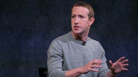 """PROTESTER FRA INNSIDEN: Facebooks toppsjef Mark Zuckerberg møter intern motstand for sin holdning til politisk reklame, som kan legges ut selv om den inneholder falske påstander. Bildet er fra en presentasjon nav den nye funksjonen """"News Tab"""" 25. oktober i New York. (AP Photo/Mark Lennihan)"""