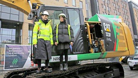 FORNØYD: Byråd Lan Marie Berg (MDG) åpner den utslippsfrie byggeplassen, anført av en gravemaskin fra boikottverstingen Caterpillar.