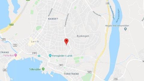 ARBEIDSULYKKE: En person falt to etasjer i en arbeidsulykke i Larvik.