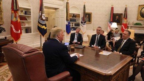 Jens Stoltenberg er torsdag på besøk hos president Donald Trump i Det hvite hus Washington. Torsdag kveld la Stoltenberg ut et bilde av seg selv sammen med presidenten på Twitter.