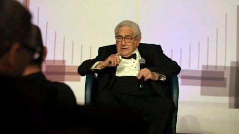 Henry Kissinger avbildet mens han holder tale på et arrangement i New York torsdag kveld i regi av National Committee on U.S. China Relations. Han advarte om katastrofale konsekvenser dersom USA og Kina ikke kommer til enighet.