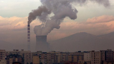Cicero peker på at alle produsentland hver for seg kan ha gode grunner til å øke eller opprettholde produksjonen av kull, olje og gass, men at den totale belastningen gjør at utslippene vil skape store problemer for klimamålene. Her stiger røyken fra et kullkraftverk i Obilic i Kosovo tidligere denne uken.