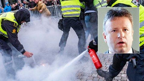 RASER: Redaktør Vebjørn Selbekk (innfelt) reagerer kraftig på politiets reaksjon på koranbrenningen. – Egne regler for islam, sier han.
