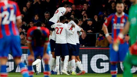 AVGJORDE: Firmino omringes av Liverpool-spillerne etter sin avgjørende scoring.