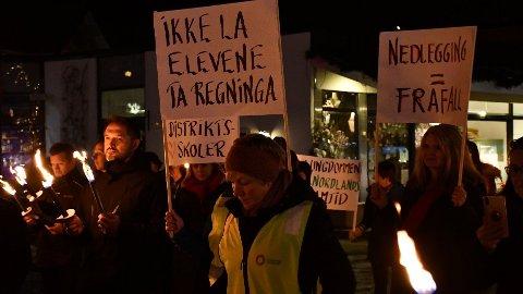 14. november protesterte hundrevis i fakkeltog mot kuttene i tilbudene på fylkets videregående skoler. Nå reiser Nordland-politikere på studietur til London.