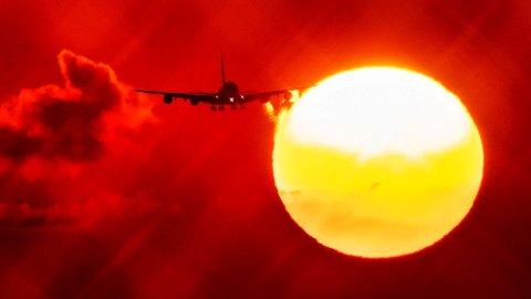 Et fly ved soloppgang på vei mot flyplassen i Frankfurt i Tyskland. Luftfart er en av flere former for transport som forårsaker store utslipp av CO2.