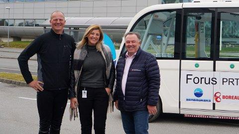 NY JOBB: Den tidligere samferdselsminister Ketil Solvik-Olsen blir seniorrådgiver i Forus PRT, som er det ledende selskapet i landet på autonome busser. Her med daglig leder Linn Terese Lohne Marken i Forus PRT og Seabrokers-leder Ragnvald Albretsen.