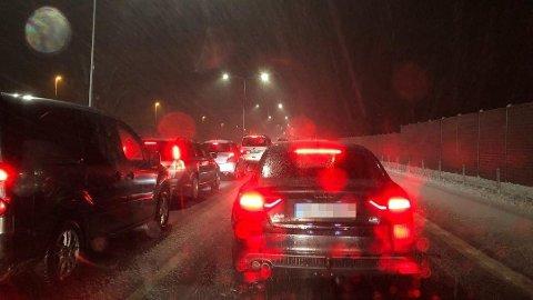 ULYKKE: Full stans i trafikken sørover etter en ulykke på E18 ved Kopstad torsdag kveld.