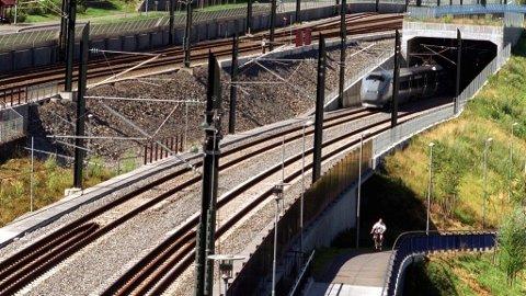 SIGNALFEIL SKAPTE TRØBBEL: Romeriksporten var stengt for togtrafikk mandag morgen. Rundt klokka sju meldte Vy at togene kjører igjen, men at det stadig vil være forsinkelser og innstillinger fram til alt er tilbake i vanlig drift.