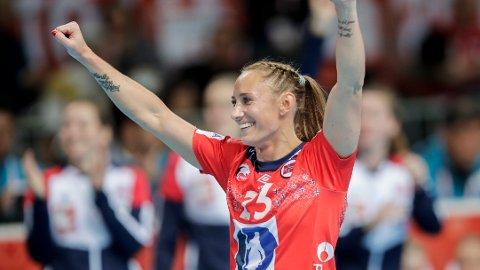 Camilla Herrem jubler under kampen mellom Norge og Cuba.