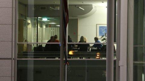KRISEMØTE: Her sitter krisestaben i Tromsø kommune i møte mandag kveld.