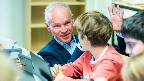BEKYMRET: Kunnskaps- og integreringsminister Jan Tore Sanner sier han er bekymret over guttenes leseferdigheter i skolen.