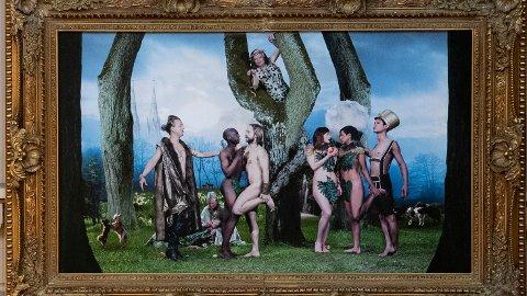 LIKEKJØNNEDE: På dette kunstverket ser man Adam med en mørkhudet mann og Eva med en kvinne. To transpersoner er også med på bildet.