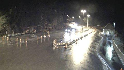 NEDBØR OG VIND: Ved Dragsvik ferjekai i Sogn og Fjordane blåser det godt onsdag kveld.
