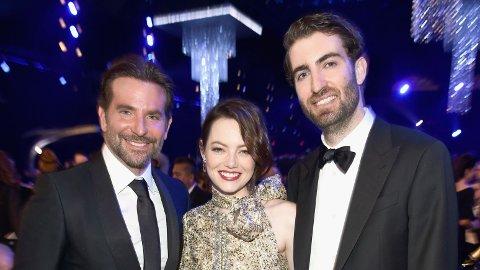 FORLOVET: Skuespillerstjernen Emma Stone forlovet seg med kjæresten Dace McCary (t.h). Her er paret avbildet sammen med skuespillerstjernen Bradley Cooper.